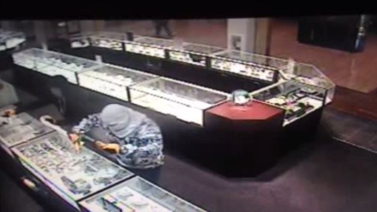 Smash-and-grab robbery at Katy Mills mall jewelry store ...