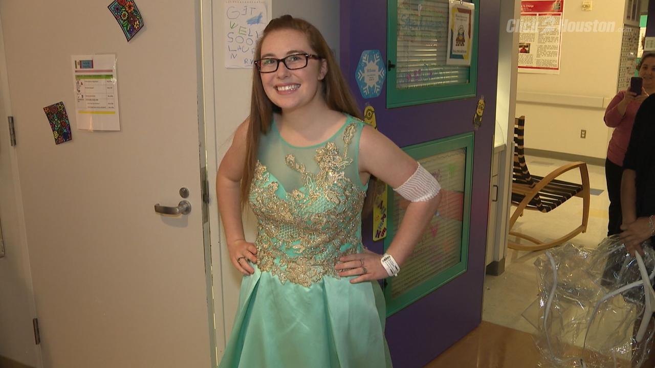Dashing prom girl dress up