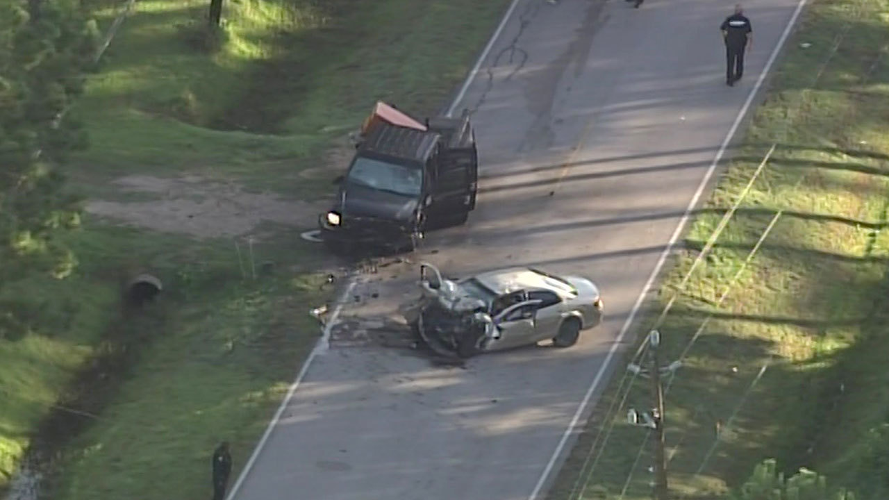 At least 2 killed, 3 injured in crash near Baytown