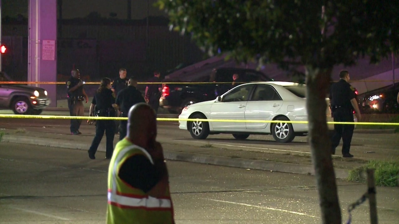 2 dead after shooting outside McDonald's in southwest Houston