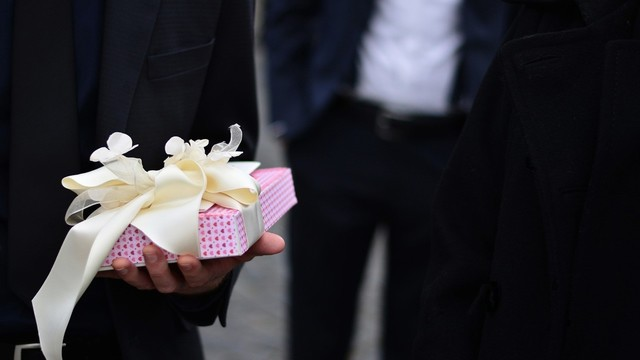 Wedding Gift Etiquette The Dos And Donts Of Gift Giving