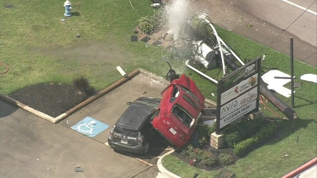 2-car crash leaves live wires, water spewing in north Houston