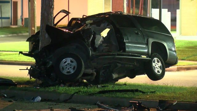 Driver crashes car into light pole, then tree in east Harris County