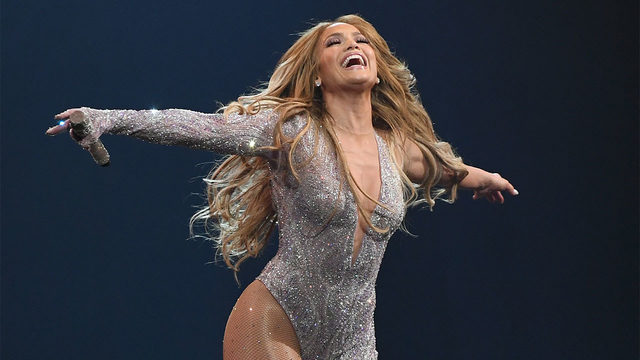 Jennifer Lopez taps into her inner Selena, performs 'Si Una Vez' at…