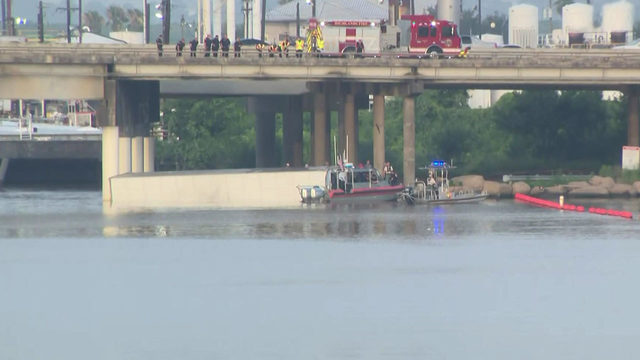 18-wheeler that flew off East Freeway bridge will stay in river for now