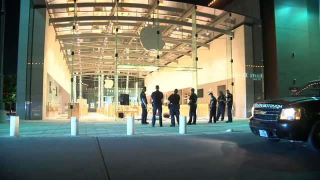 Thieves drive stolen truck through Apple store glass in River Oaks