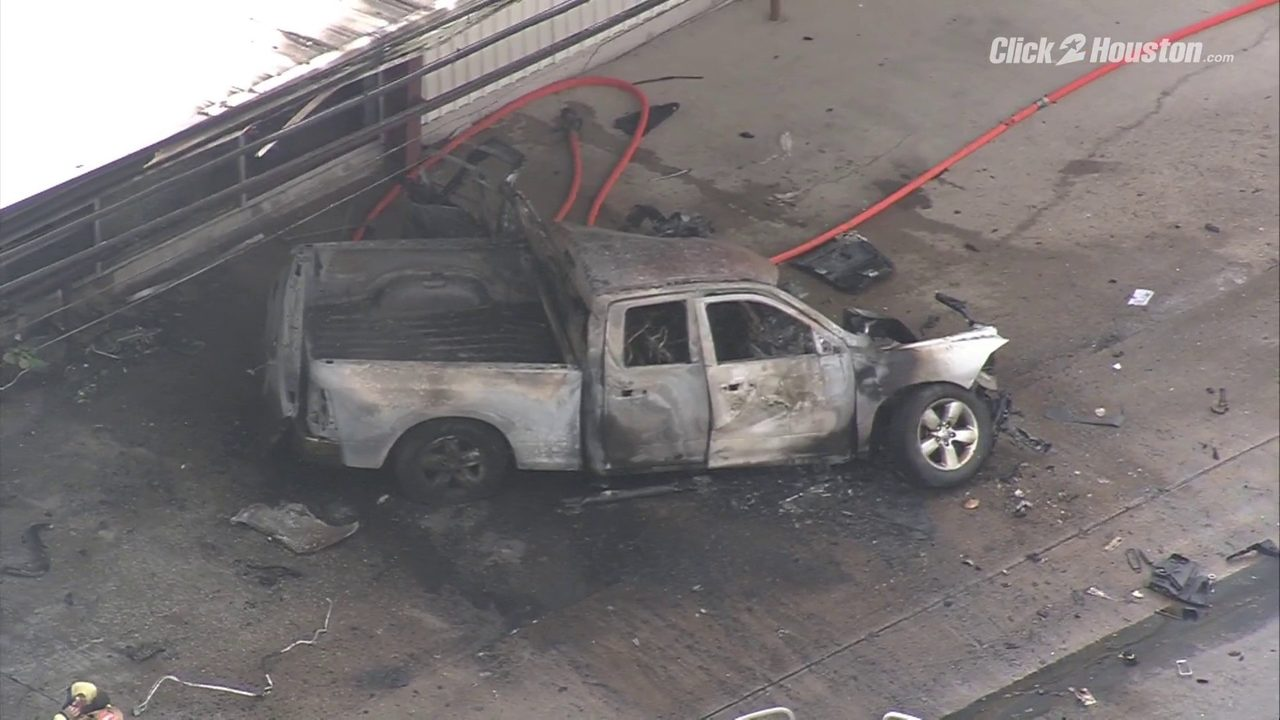 At least 1 killed when pickup crashes into north Houston