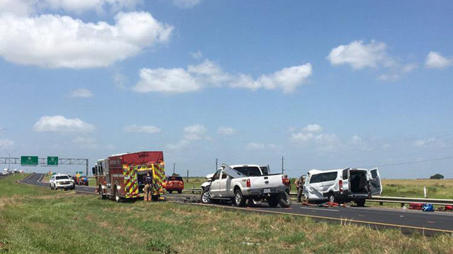 5 people dead in van after 3-vehicle crash on 59 southbound, north of Victoria