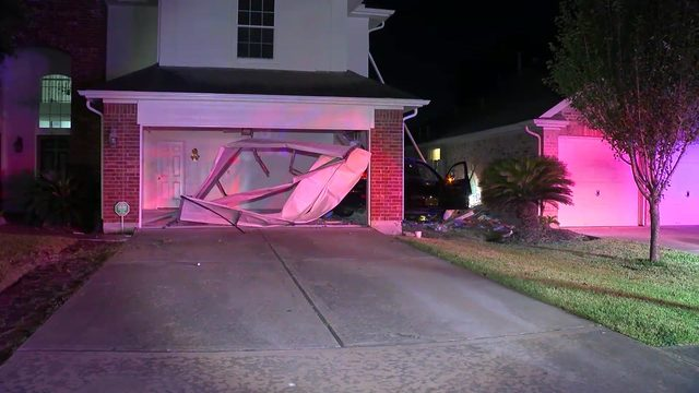 Driver flees scene after crashing into two homes, causing gas leak, deputies say