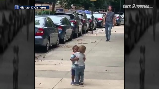 VIRAL VIDEO: Toddlers embracing on sidewalk is pure joy