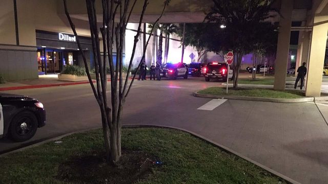 3 suspects smash jewelry case at Baybrook Mall, causing shoppers to panic