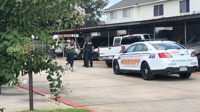 Men with crowbar rob Houston Walmart, authorities say