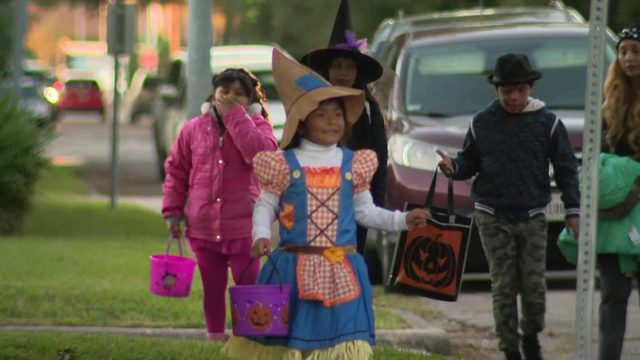 Trick-or-treaters brave cold in Houston