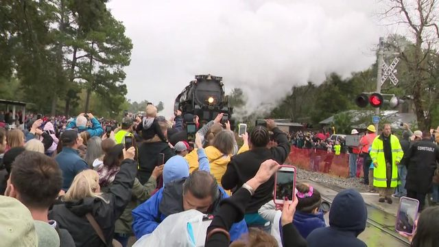 Hundreds gather to see Union Pacific 'Big Boy' depart from Houston